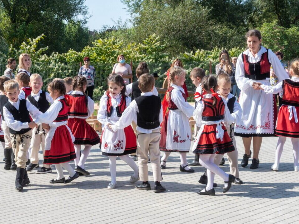 Hungary-folk-dance-children