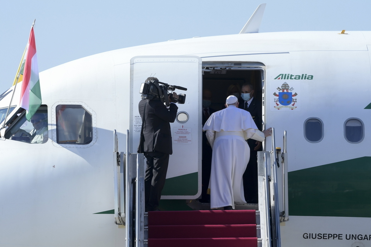 Pope Francis Leaves Hungary 1