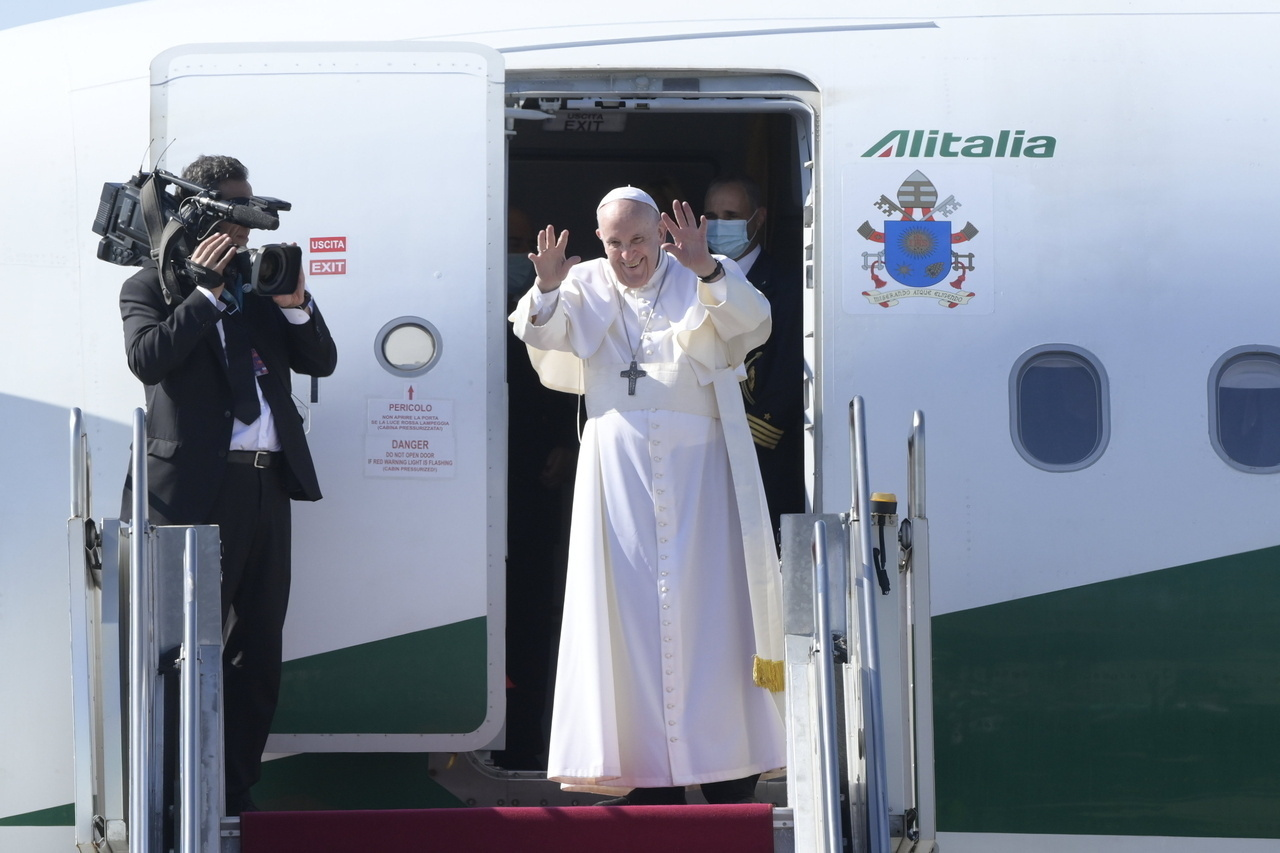 Pope Francis Leaves Hungary 2