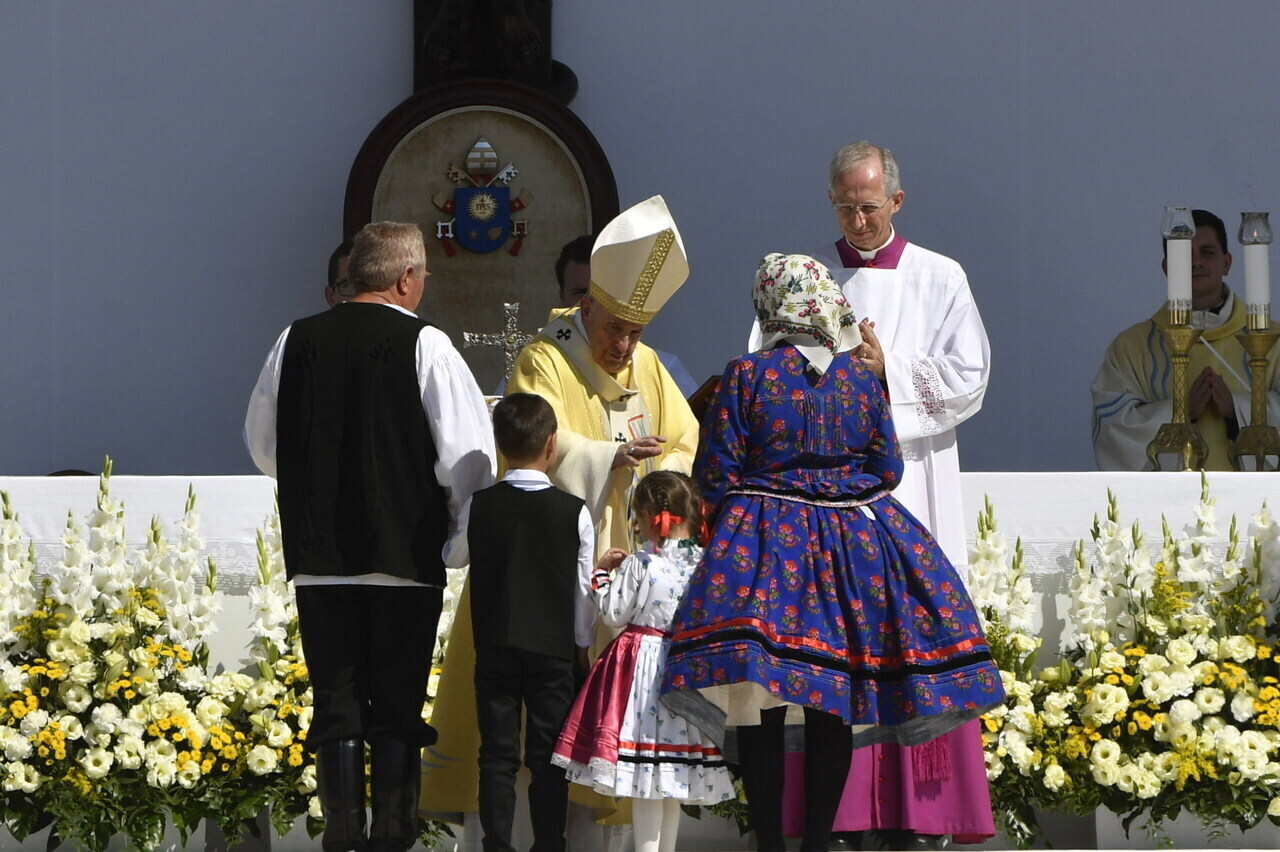 Pope Francis Leaves Hungary 3