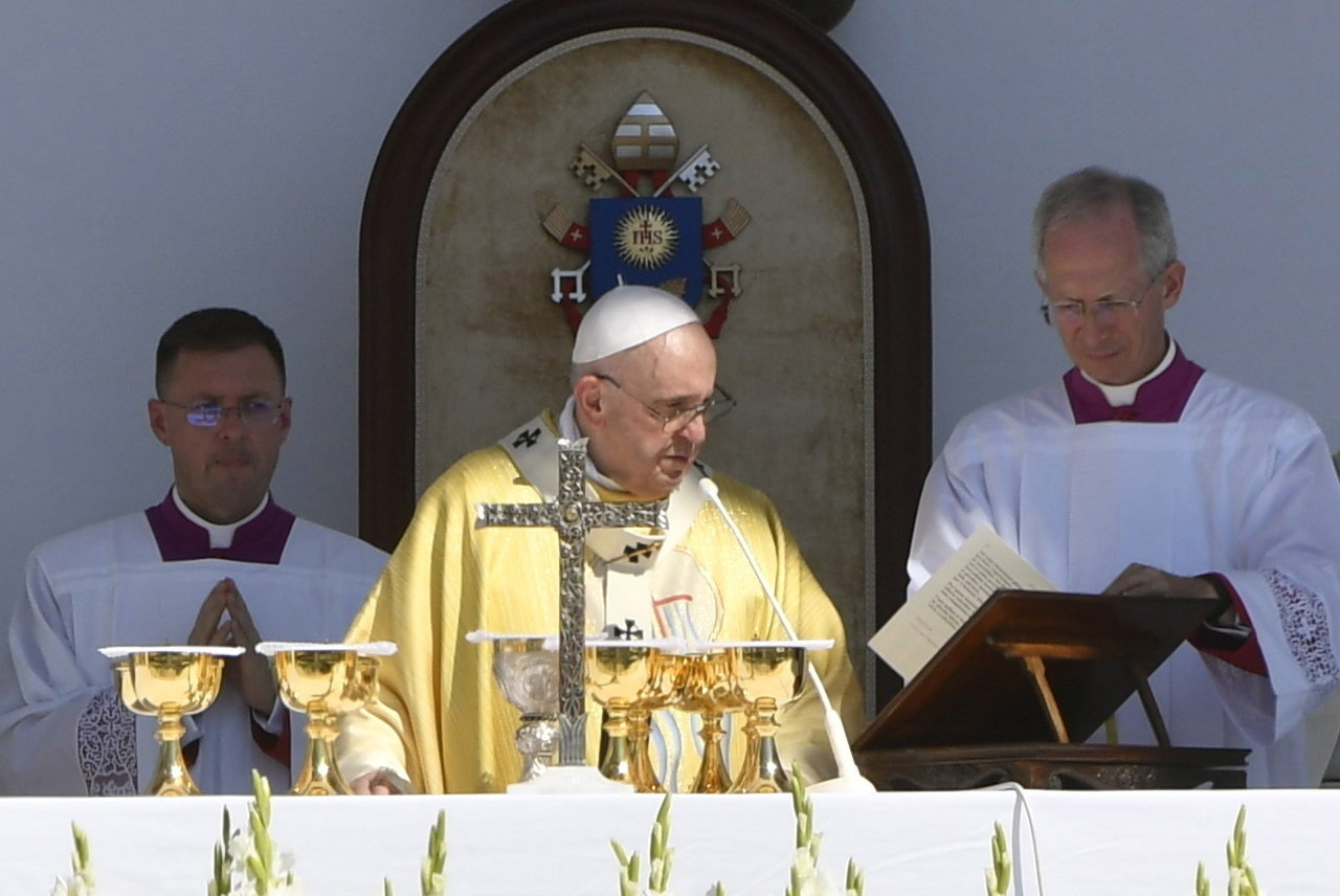Pope Francis Leaves Hungary 4