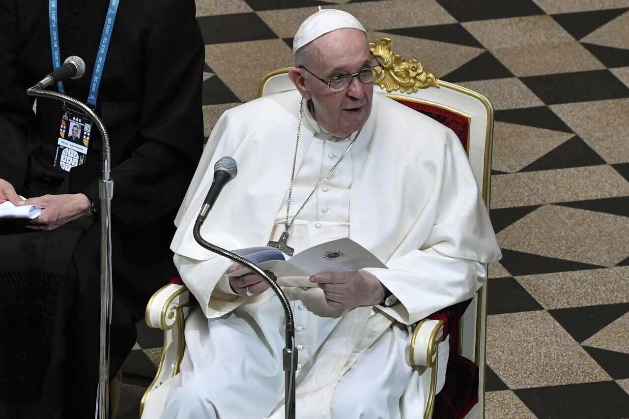 Pope Francis Leaves Hungary 5