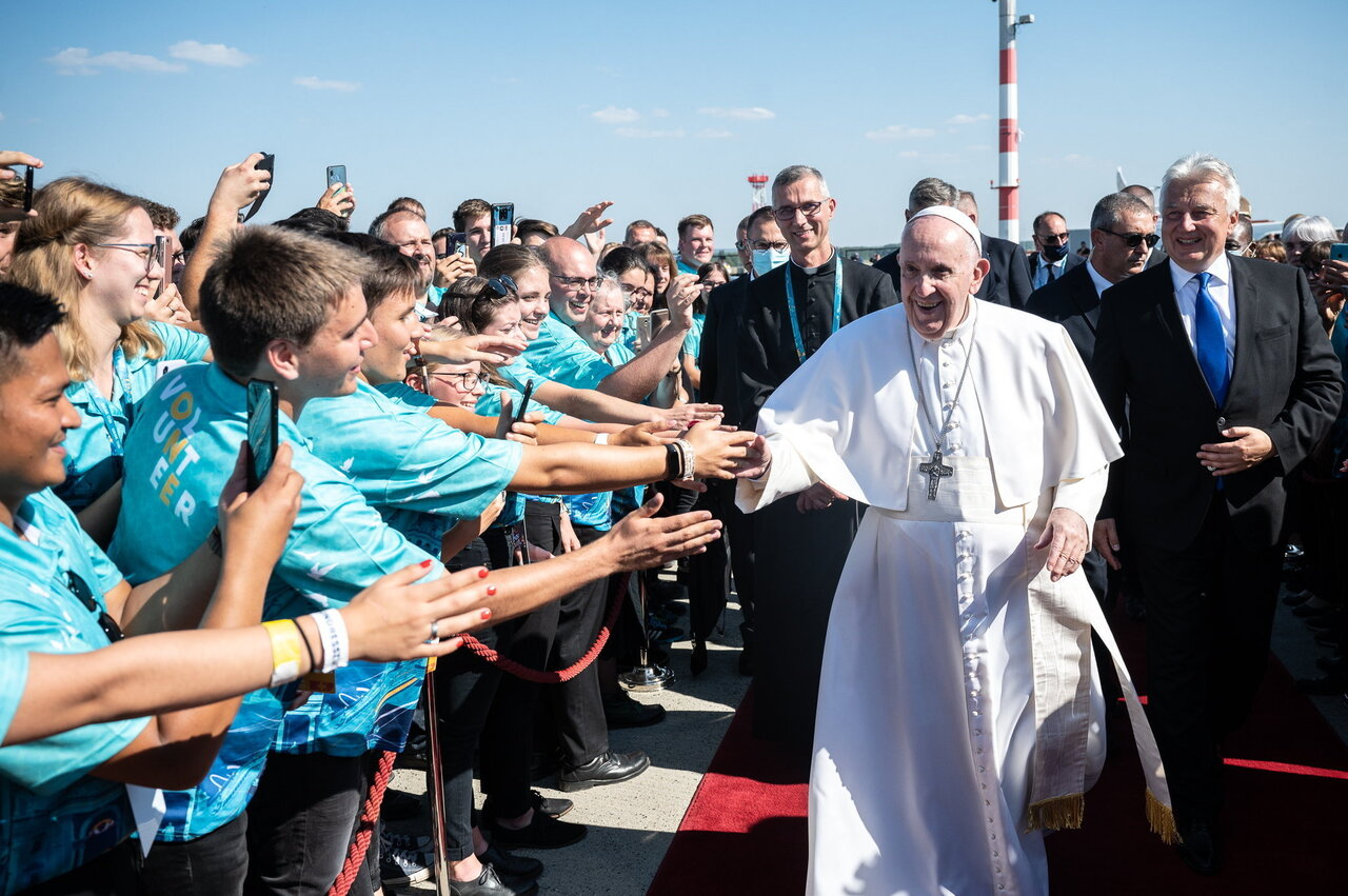 Pope Francis Leaves Hungary 9
